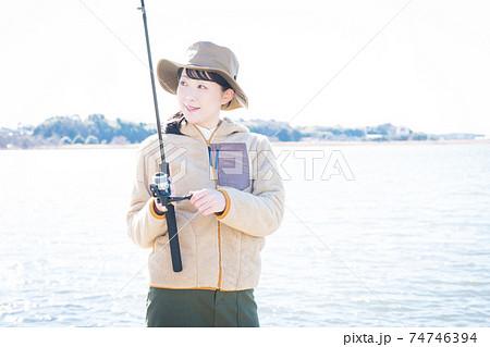 釣りを楽しむ女性 74746394