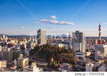夕暮れの地方都市の景色(栃木県宇都宮市) 74747326