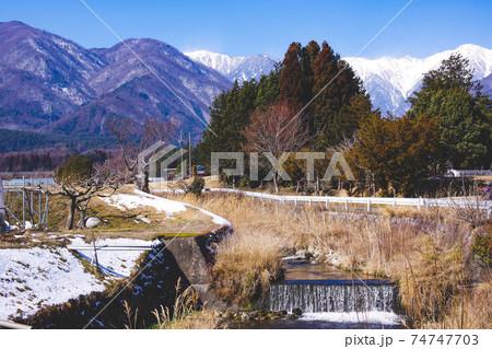 【長野県】田舎の風景 村中を流れる清流と駒ケ岳 74747703