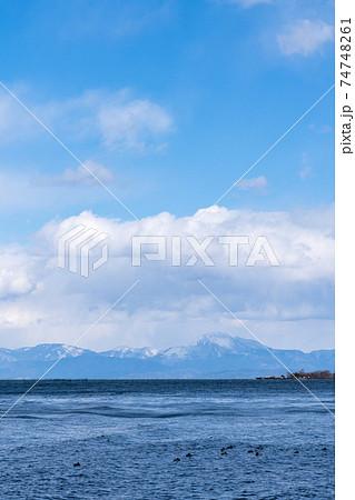 滋賀県近江八幡市の伊崎寺から見る琵琶湖の冬の情景 74748261
