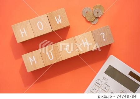 金額|「HOW MUCH?」と書かれた8個の積み木とコインと計算機 74748784