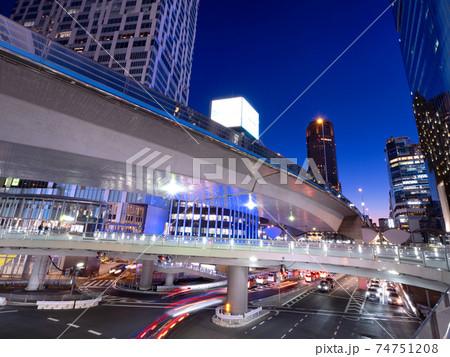 夕暮れの渋谷駅東口交差点 東京都 74751208