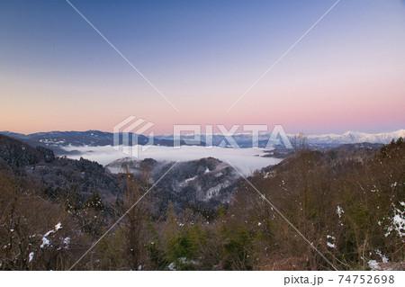 朝焼けのグラデーションに包まれる雪の北アルプス連山 74752698