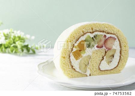 日本で人気のフルーツロールケーキ(イチゴ、キウイ、桃、バナナ、生クリーム) 74753562