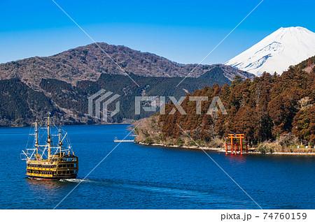 芦ノ湖 富士山と周遊する観光船 冬景 74760159