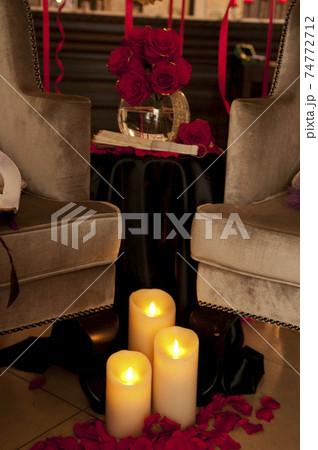 キャンドルと薔薇の花と豪華な椅子 74772712