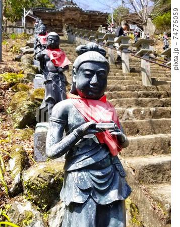 神奈川県・大山寺の本殿に続く三十六童子の階段 74776059