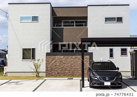 カーポートのある住宅と自動車 74776431