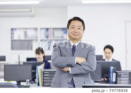 オフィスで腕組みするビジネスマン 74776938