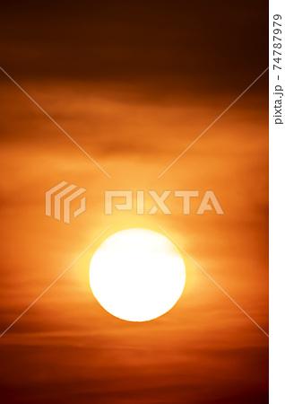 夜明けの空にまん丸の顔をのぞかせた希望の朝日 74787979