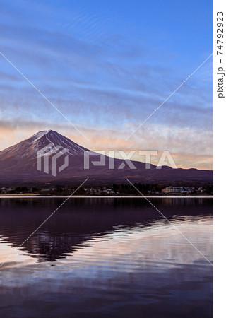 夜明けの空と河口湖に映る逆さ富士 74792923