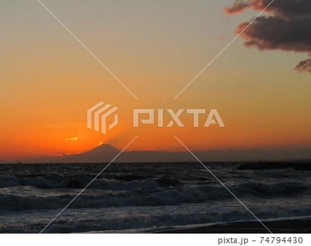 日没後の夕焼けに浮かぶ富士山 74794430