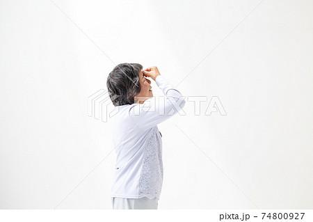 シニア女性 体調不良 74800927