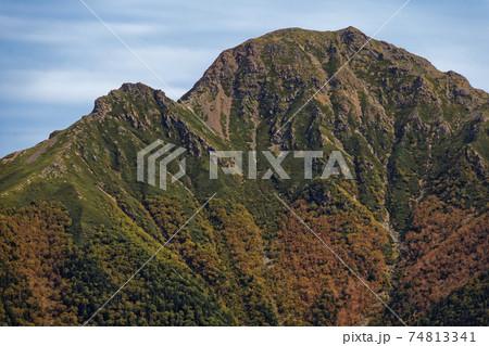 南アルプス・三伏山から見る初秋の塩見岳山頂 74813341