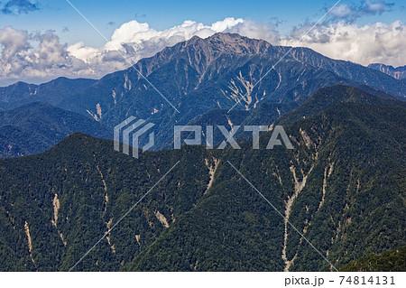 初秋の南アルプス・塩見岳稜線から見る仙丈ヶ岳 74814131