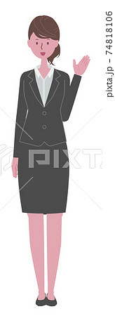 案内する 黒いスーツを着た女性 74818106