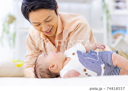 お父さん 子育て 赤ちゃん 74818557