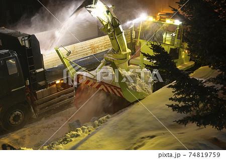 深夜の除雪作業 74819759
