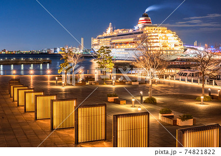 《神奈川県》横浜港町の夜景・象の鼻パークと豪華客船 74821822