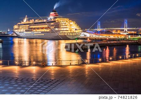 《神奈川県》横浜港町の夜景・象の鼻パークと豪華客船 74821826