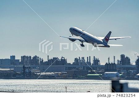 空港の風景 離陸中の飛行機と工場群 東京都大田区 74823254
