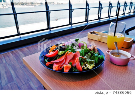 レストランのテラス席でサラダランチ 74836066