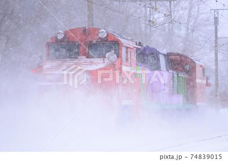 猛烈な雪煙を上げて小樽へ向かっていくラッセル車(後追い) 74839015