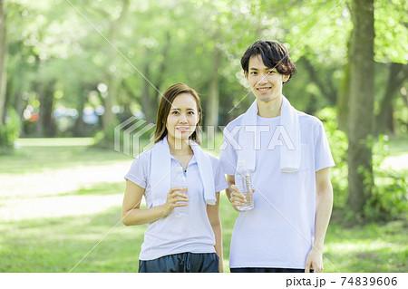 若い男女 運動イメージ 74839606