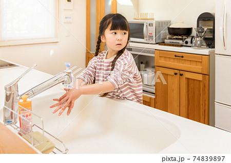新しい生活様式 手洗いをする女の子 74839897