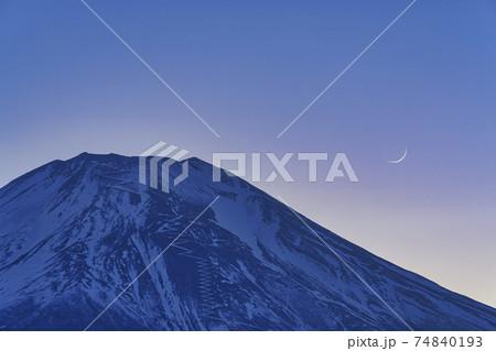 富士山と三日月 74840193