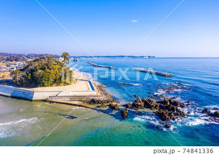 冬の磯浜海岸の天妃山と遠方の二ツ島(茨城県北茨城市) 74841336