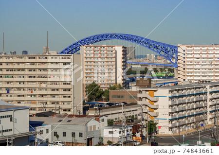 住宅と工場が混在する街に現れた巨大なラーメン構造の橋 74843661