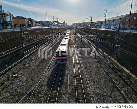 東所沢から太陽に向かって走り去る武蔵野線の電車 74844859