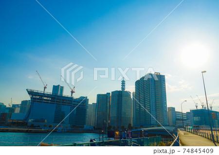建設クレーンと横浜みなとみらいの街並み 74845409