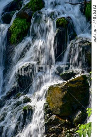 【北海道美瑛町】北海道を流れる白髭の滝 74856282