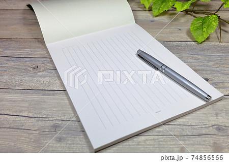 手紙 便箋と万年筆 74856566