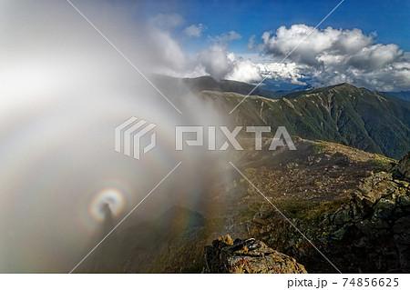南アルプス・塩見岳山頂に現れたブロッケン現象と蝙蝠岳 74856625
