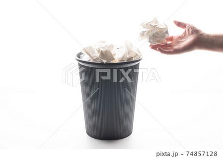 ゴミ箱  紙屑 74857128