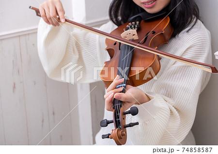弦が1本切れたバイオリンを弾く女の子 74858587
