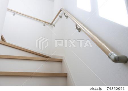 日差しの差し込んだ、木造住宅の階段 74860041