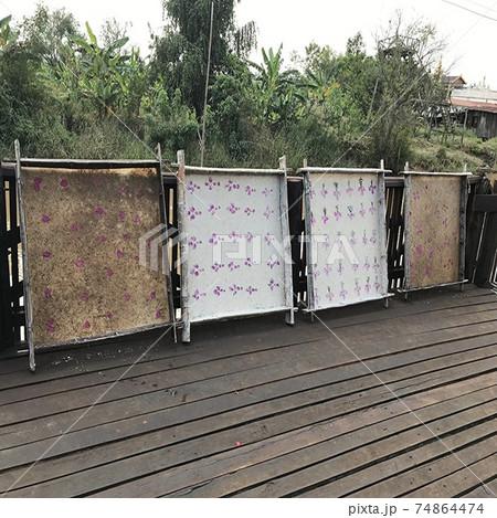 ミャンマーのインレー湖に浮かぶ工房の風景 74864474