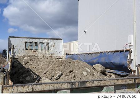 新築工事現場のダンプに積まれた土砂の風景 74867660