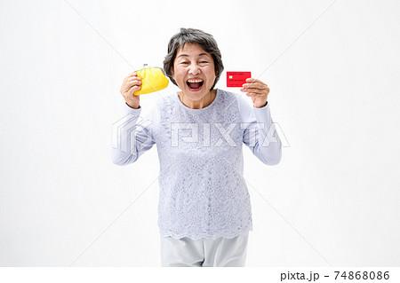クレジットカードと財布を持つシニア女性 74868086