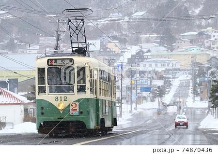 雪の中を走る 函館市電812号車 74870436