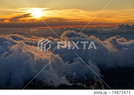 南アルプス・塩見岳から見る日没と雲海 74871471
