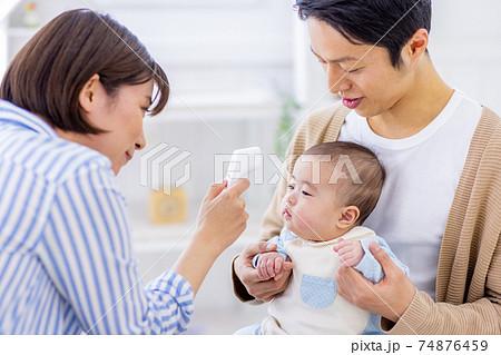 赤ちゃんの体温を測る母親 74876459