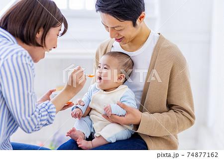 離乳食を食べようとしている赤ちゃん 74877162