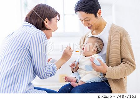 離乳食を食べようとしている赤ちゃん 74877163