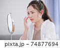 お肌のトラブルに悩む若い女性 74877694