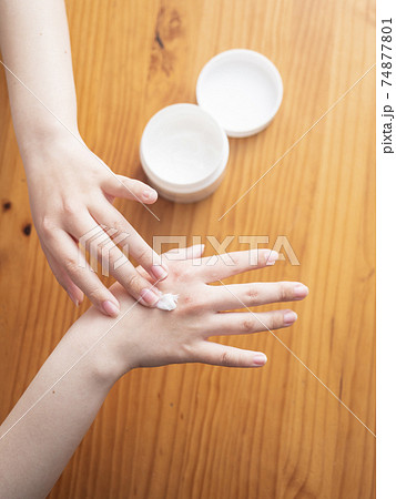 ハンドクリームを塗る女性の手 74877801